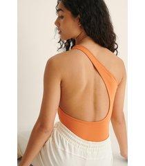 bella michlo x na-kd body med en axel och utskurna partier - orange