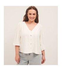 camisa gola v com mangas bufantes e detalhes vazados curve & plus size | ashua curve e plus size | branco | gg