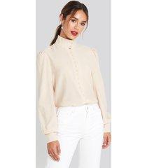 chloé b x na-kd high neck button blouse - beige