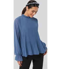 na-kd high neck pleated blouse - blue