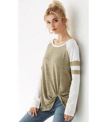 camiseta con bloques de color con giro en la espalda y lazo en color topo