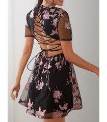 vestido cruzado con cintura cruzada y bordado floral negro