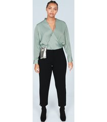 satijnachtige gekruiste blouse