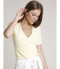 blusa feminina transpassada em laise manga curta decote v amarela claro