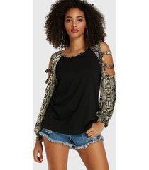 blusa de manga larga con hombros descubiertos y estampado de serpiente recortada en negro