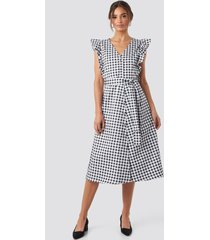 na-kd belted v-neck ruffle midi dress - black,white