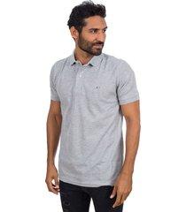 camiseta tipo polo gris con bordado hamer