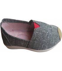 zapatillas blancos con puntos negros