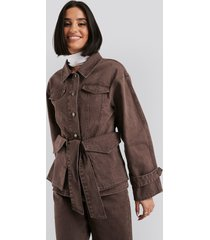 na-kd belted denim jacket - brown