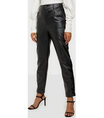 missguided faux leather cigarette trousers byxor