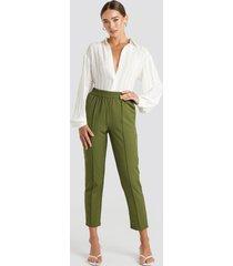 na-kd elastic waist seamline pants - green
