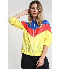 jaqueta corta vento feminina em nylon com recortes amarela