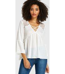 blusa de manga larga con cuello en v y encaje blanco