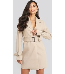 afj x na-kd wide belted blazer dress - beige