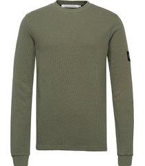 monogram badge waffle ls tee stickad tröja m. rund krage grön calvin klein jeans