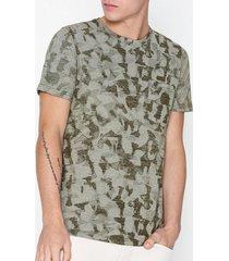 selected homme slhcamo aop ss o-neck tee w t-shirts & linnen mörk grön