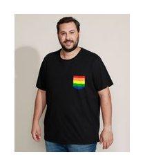 camiseta masculina plus size pride com bolso listrado arco-íris manga curta gola careca preta