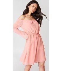 hannalicious x na-kd off shoulder chiffon dress - pink
