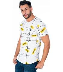 camiseta basica blanca con diseño corrugado en lineas cuello redondo y estampado amarillo