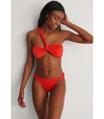 na-kd swimwear recycled bikinitrosa med hög benskärning - red