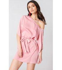hannalicious x na-kd one shoulder tie waist dress - pink