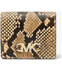 mk portafoglio a libro izzy piccolo in pelle stampa pitone con logo - cammello (marrone) - michael kors