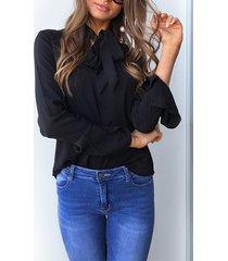 blusa negra con diseño de lazo