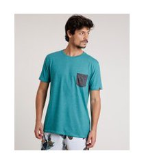 camiseta masculina com bolso estampado de peixes manga curta gola careca verde