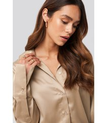 na-kd trend straight fitted satin blouse - beige