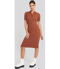 na-kd rib knitted midi dress - brown