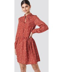 na-kd boho ruffle hem dot dress - red