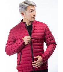 chaqueta vinotinto puffer con cremalleras rojas