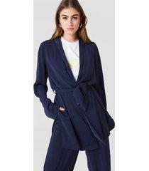 na-kd side slit tied waist blazer - blue
