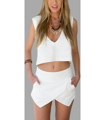 top blanco con espalda abierta y cuello en v simple y pantalones cortos asimétricos
