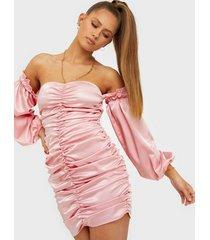 nly trend off shoulder volume dress fodralklänningar