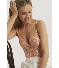 na-kd lingerie bodysuit med v-string, rå kant och spetskupor - pink