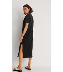 na-kd basic ekologisk t-shirtklänning med slitsdetalj - black