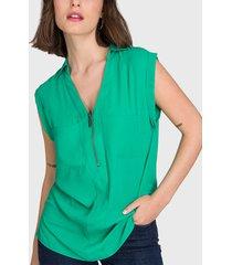 blusa io lisa con cierre en escote  verde - calce regular