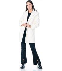 abrigo para dama blanco con bolsillos y dos botones frontales