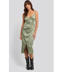 na-kd party cross back wrap midi dress - green