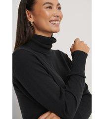 na-kd trend tröja i merinoull med hög krage - black