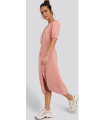 glamorous klänning med knappdetaljer - pink