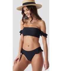 camille botten x na-kd frilled bikini bottom - black