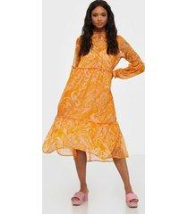 y.a.s yasswirly 3/4 midi dress s. långärmade klänningar