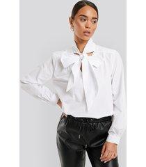 na-kd classic pussy bow v-neckline shirt - white