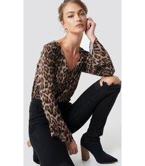 camille botten x na-kd deep v neck leopard blouse - brown