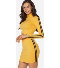 conjunto amarillo con cuello alto de manga larga y minifalda