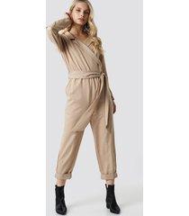 na-kd trend waist belted lapel jumpsuit - beige