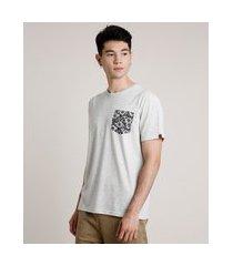camiseta masculina com bolso estampado floral manga curta gola careca cinza mescla claro