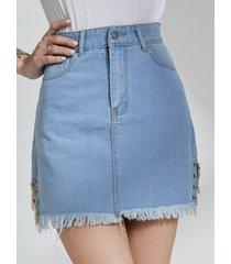 minifalda de mezclilla con bolsillo lateral con diseño de cadena azul